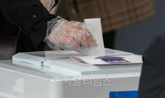 [포토] 재보궐 선거 투표, 소중한 한 표